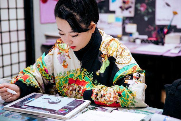 漫画家の東村アキコさん。今は紙の原稿ではなく、iPadとペンタブでマンガを描いている。アシスタントが使うのもiPadだ。