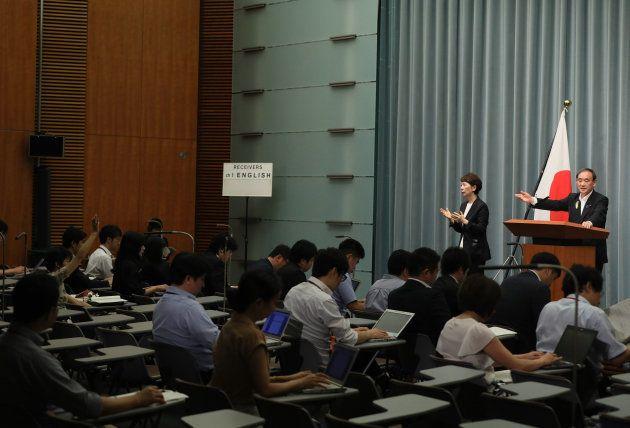 記者会見で挙手する東京新聞の記者を指す菅義偉官房長官=2017年7月4日、首相官邸