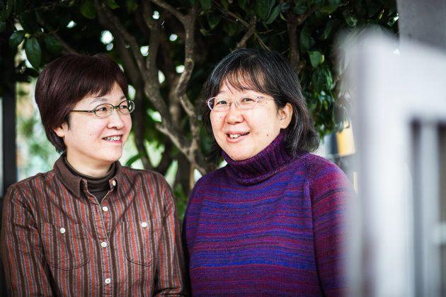 小川葉子さん(左)と大江千束さん。