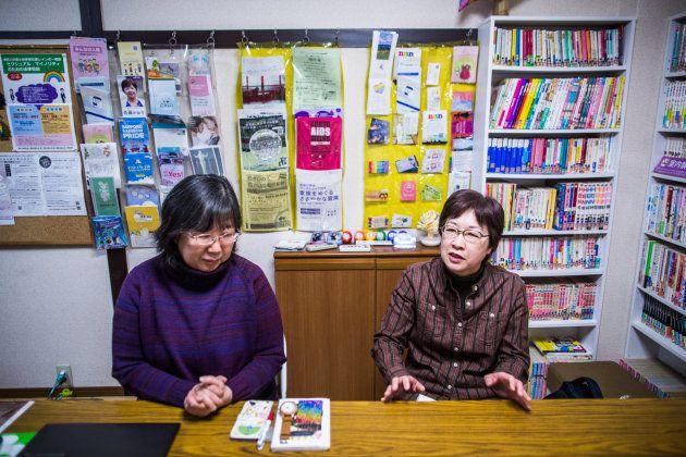 レズビアンやバイセクシュアルの女性のためのコミュニティ「LOUD」を運営している大江さんと小川さん。スペースは本やフライヤーなど、情報があふれている。