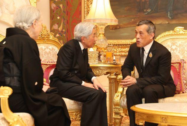 天皇、皇后両陛下と会見するワチラロンコン国王(右端)=2017年3月、バンコク、嶋田達也撮影