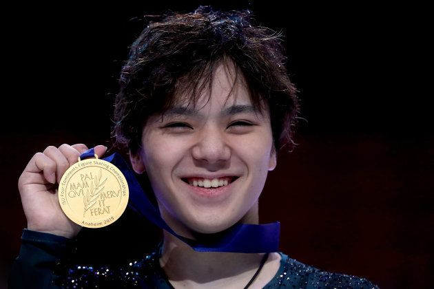 金メダルを手にする宇野昌磨