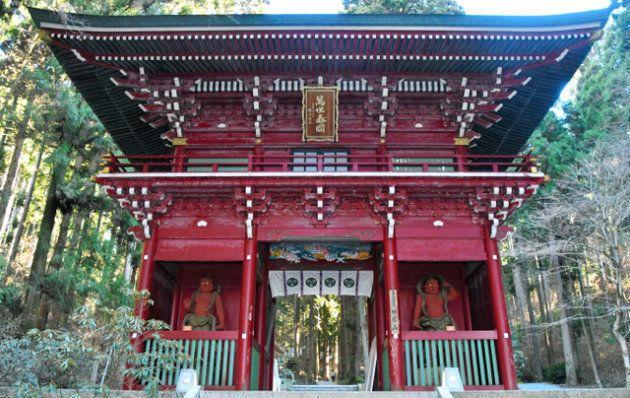 阿形(あぎょう)像と吽形(うんぎょう)像、2体の金剛力士像が立つ楼門=茨城県日立市入四間町
