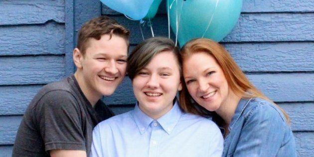 グリーンさん(右)とトランスジェンダーを公表したエイドリアンさん(中央)