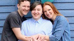 感動的なトランスジェンダー公表写真で母親が息子の20歳の誕生日をお祝い