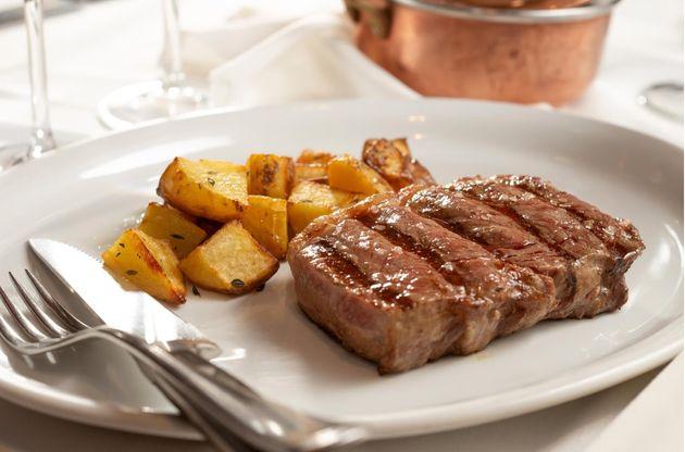 Bife de chorizo é uma das alternativas do Barbacoa. Carne pode ser antecedida por buffet de saladas...