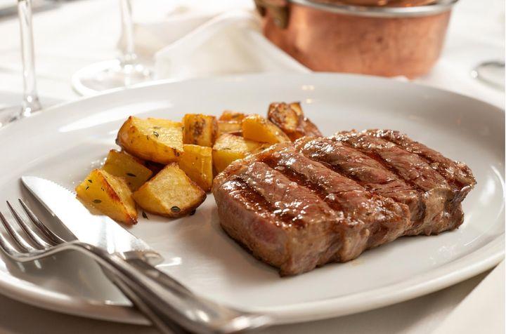 Bife de chorizo é uma das alternativas do Barbacoa. Carne pode ser antecedida por buffet de saladas e antepastos à vontade.