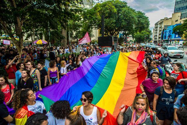 De acordo com o Grupo Gay da Bahia, em 2017, 445 lésbicas, gays, bissexuais, travestis e transexuais...