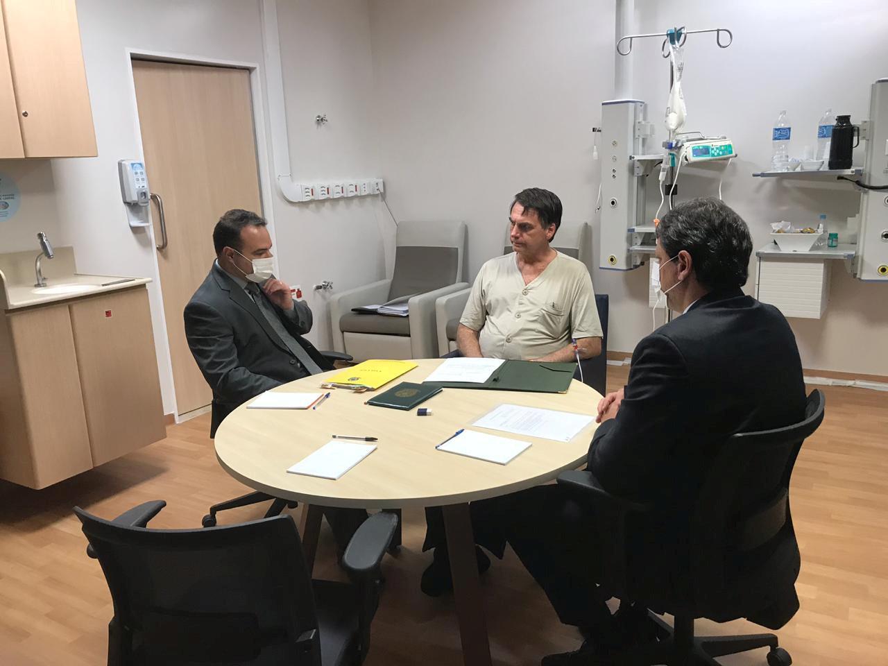 Bolsonaro recebe alta e deixa hospital em São