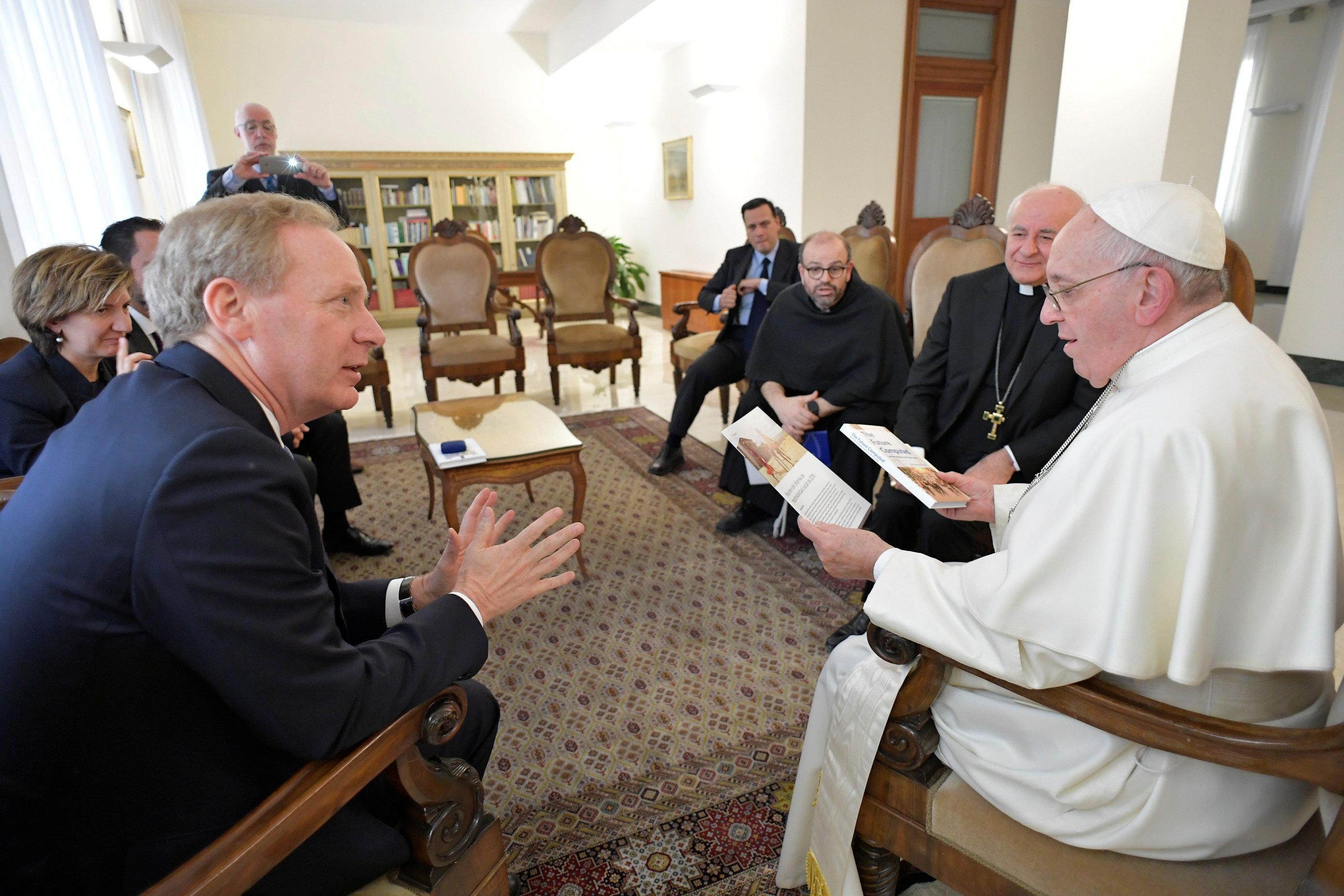 Συζήτηση Πάπα Φραγκίσκου με το αφεντικό της Microsoft για την τεχνητή