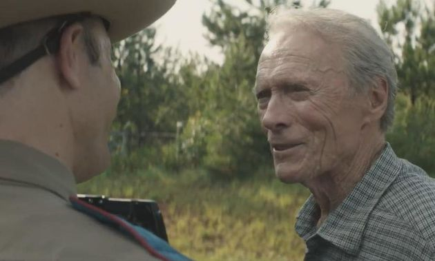 Clint Eastwood como Earl Stone, um velho florista falido que vê no transporte de drogas para traficantes...