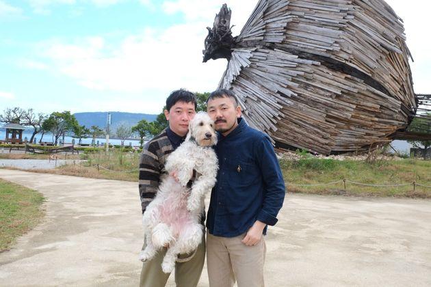 川田さん(左)と田中さん。大切な愛犬を抱いて撮影