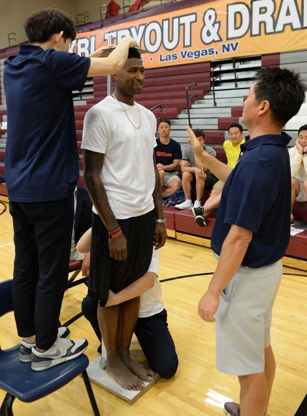 자료사진. 지난 2015년 미국 라스베이거스 데저트 오아시스고등학교에서 열린 한국프로농구연맹(KBL) 2015 외국인선수 트라이아웃및 드래프트에서 포웰이 신장측정을 하고 있다.