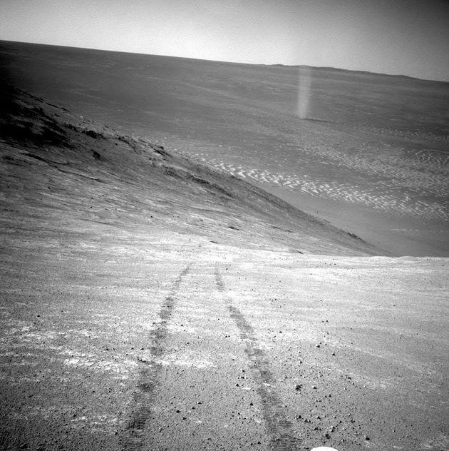 2016년 3월, '오퍼튜니티'가 지구에 보내온 사진. '마라톤 계곡(Marathon Valley)'의 남쪽에 위치한 '크누센 능성(Knudsen Ridge)'을 오르는 중에 촬영된