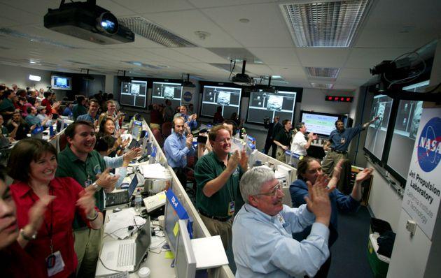 나사 과학자들이 '오퍼튜니티'가 지구로 보내온 첫 번째 이미지를 지켜보며 환호하는 모습. 2004년