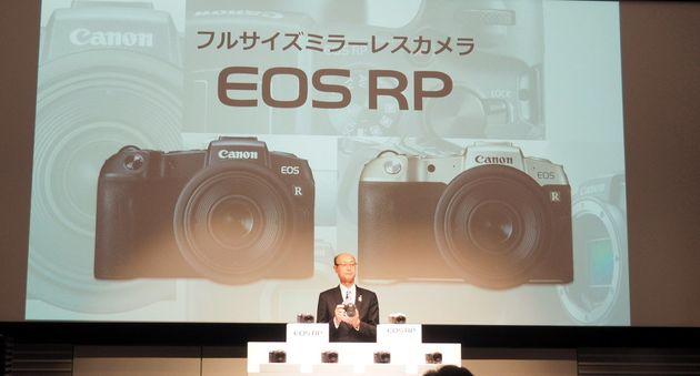EOS RPの発表会見で話すキヤノンの戸倉剛執行役員