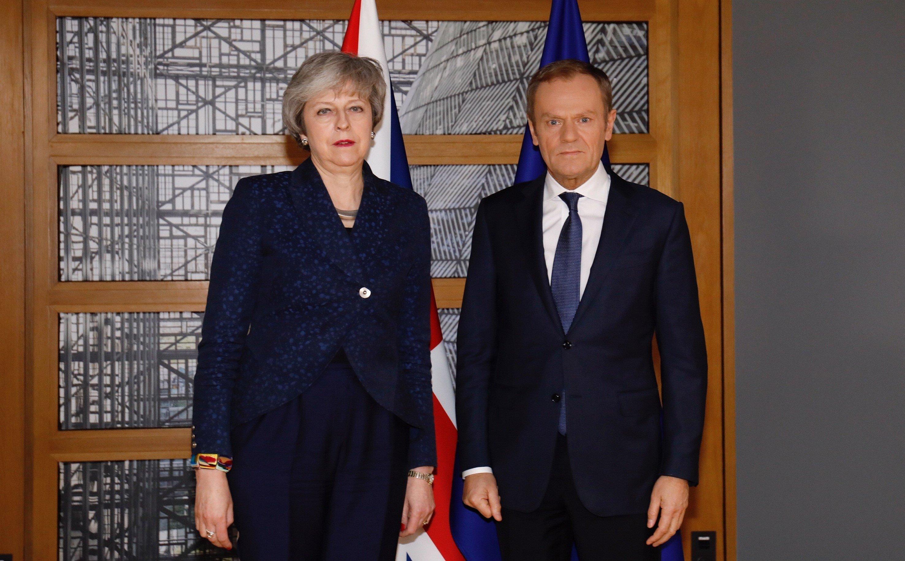 테레사 메이 영국 총리와 도날드 투스크 유럽연합 상임의장이 벨기에 브뤼셀에서 회담을 앞두고 기념촬영을 하고 있다. 2019년