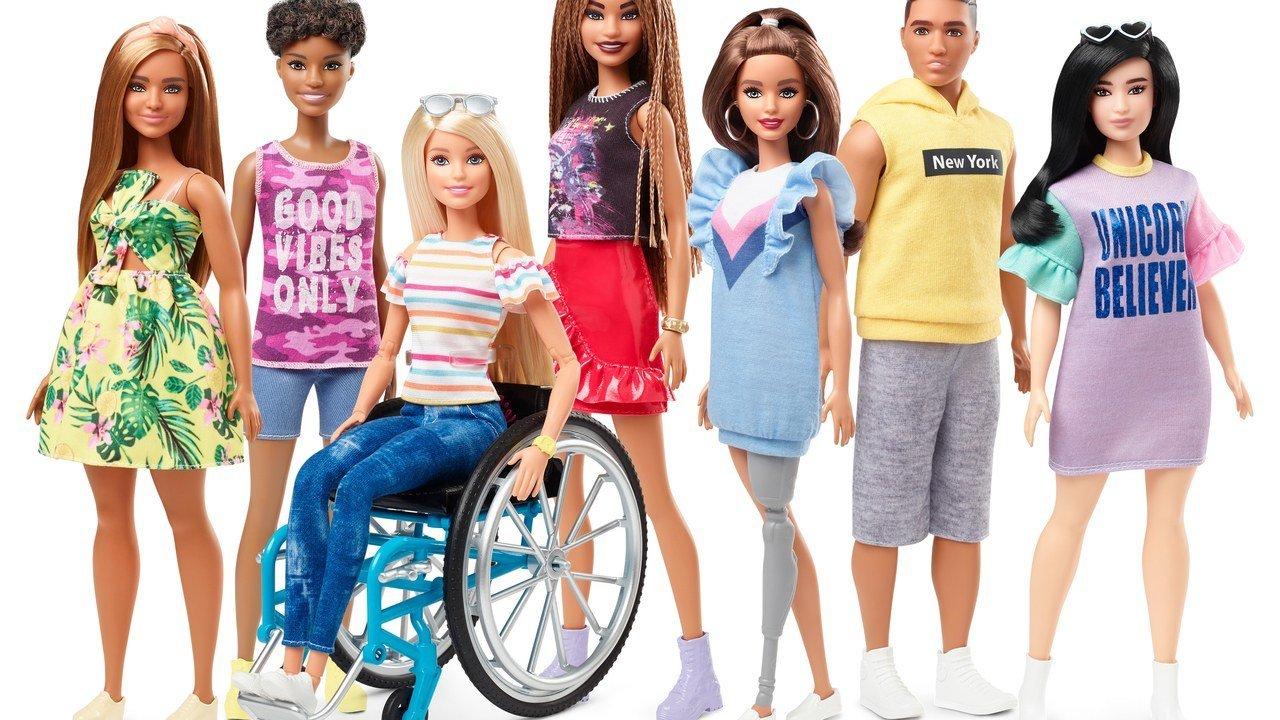 휠체어를 타고, 의족을 단 바비 인형이