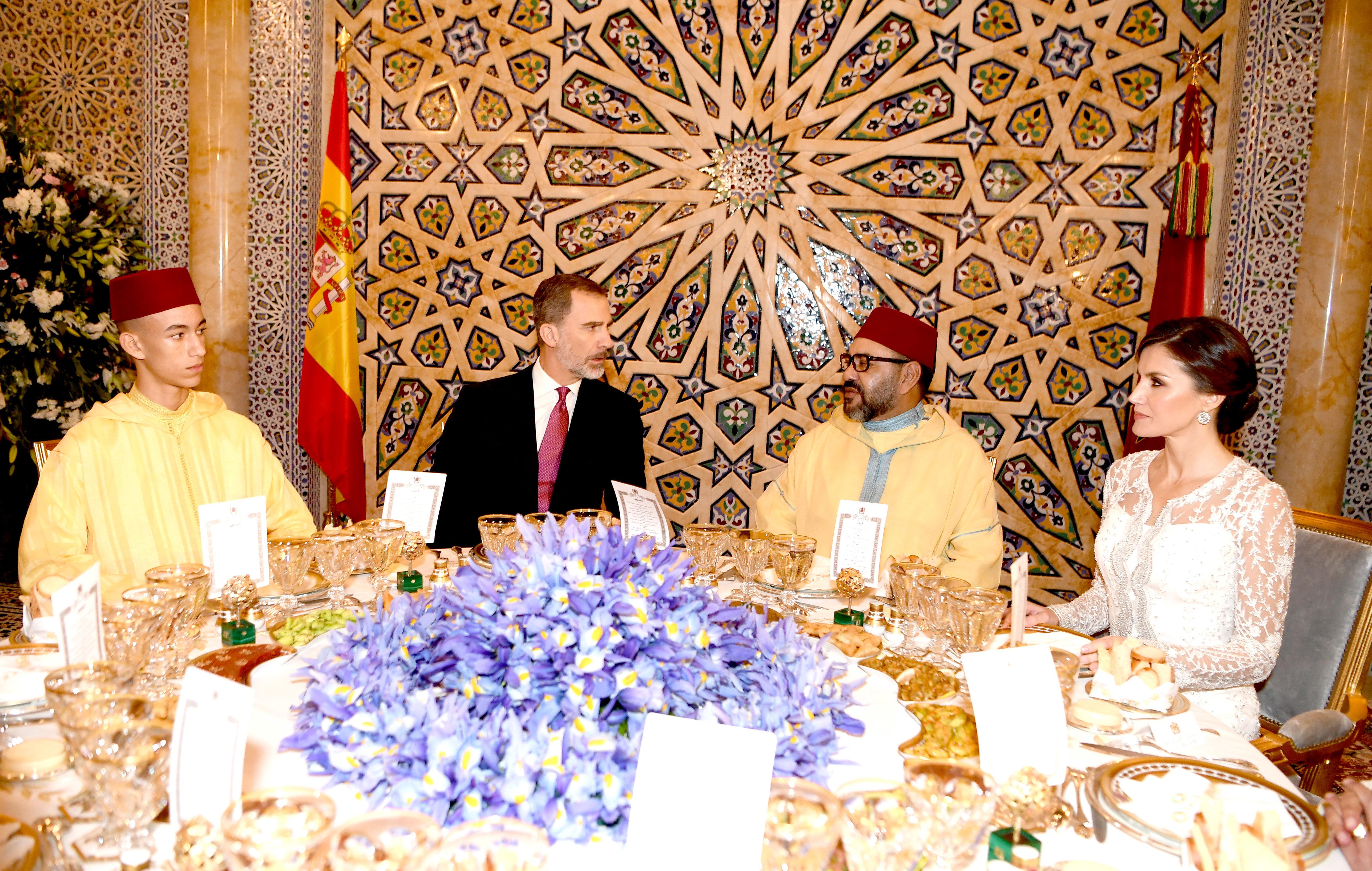 Le roi Mohammed VI offre un dîner officiel en l'honneur des souverains