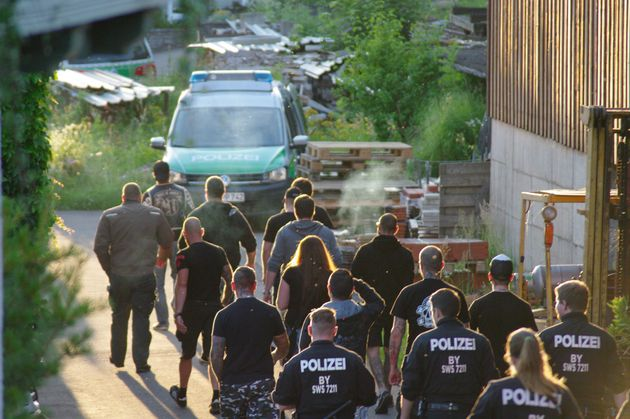 Mitglieder von Voice of Anger in Begleitung der Polizei auf dem Weg zu ihrem Clubhaus bei