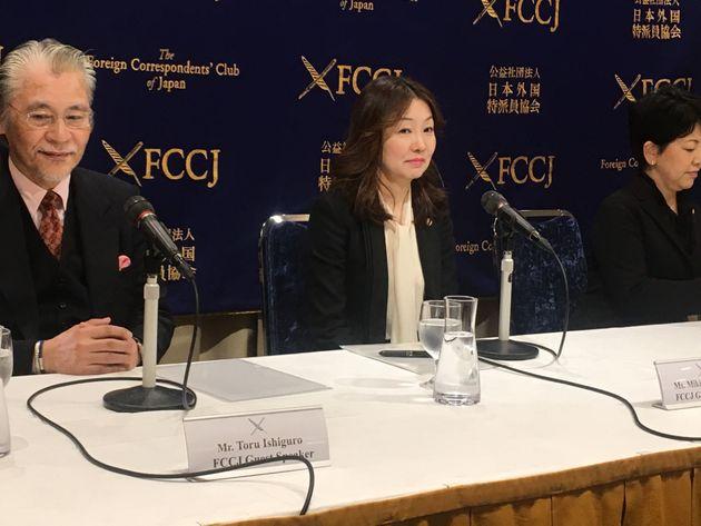 日本外国特派員協会で会見する榊原美紀弁護士(中央)