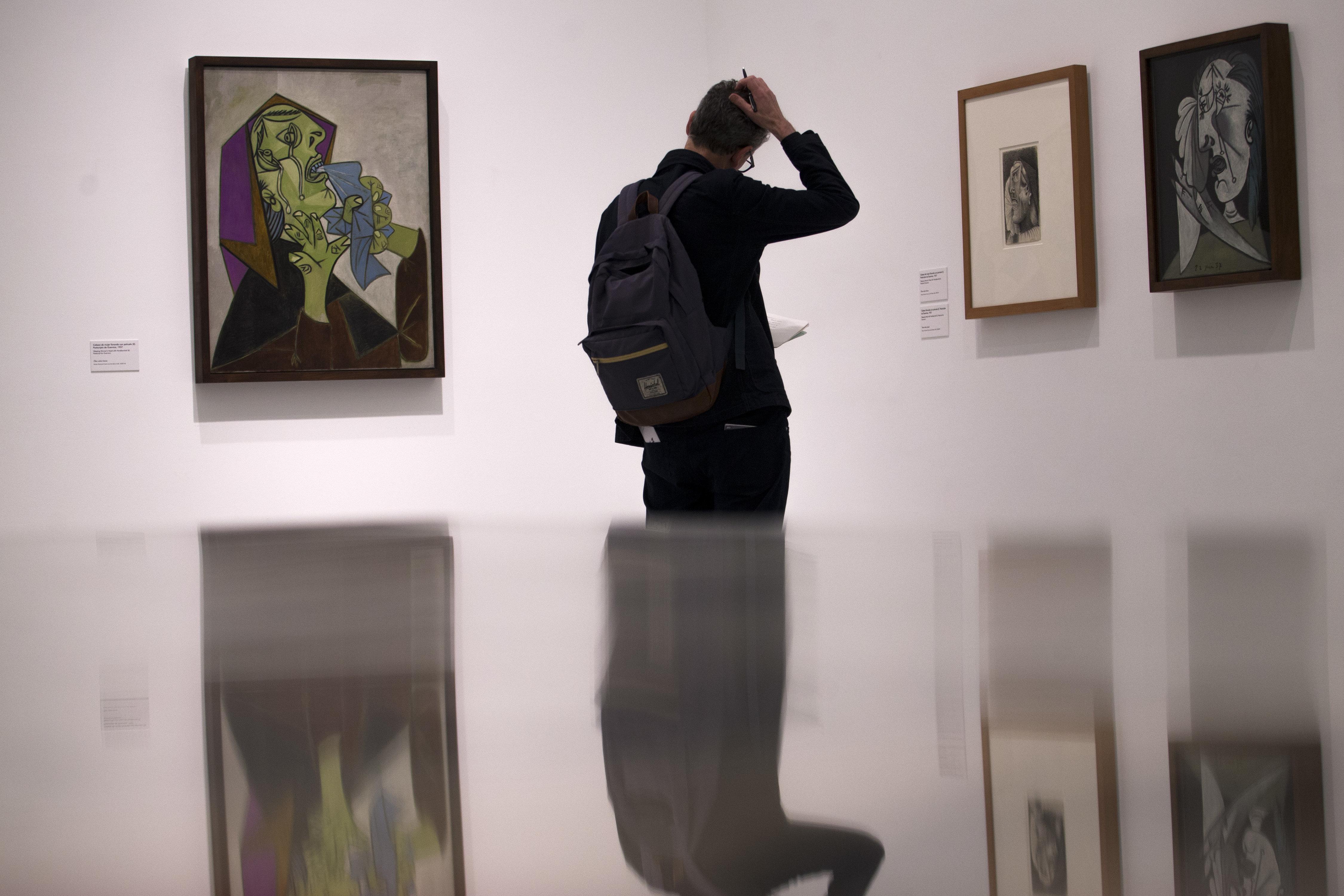 Un visiteur devant des oeuvres de Pablo Picasso exposées dans le musée Reina Sofia de Madrid,...
