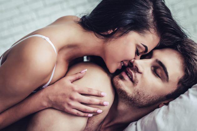 Τι πραγματικά αποκαλύπτει για τη σχέση σας η στάση που