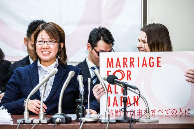 いままでを振り返って今回の同性婚訴訟について話す中島愛さん(左)とクリスティナ・バウマンさん