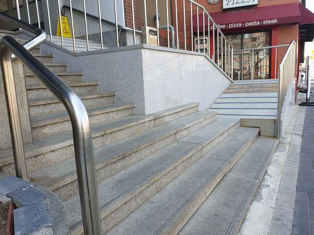 계단부터 올라가야 하는 휠체어 통로가