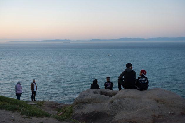 Des Marocains à Tanger, face au détroit de
