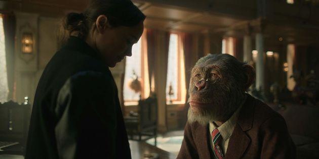 Vanya(Ellen Page) com Pogo, o mordomo chimpanzé deSir Reginald