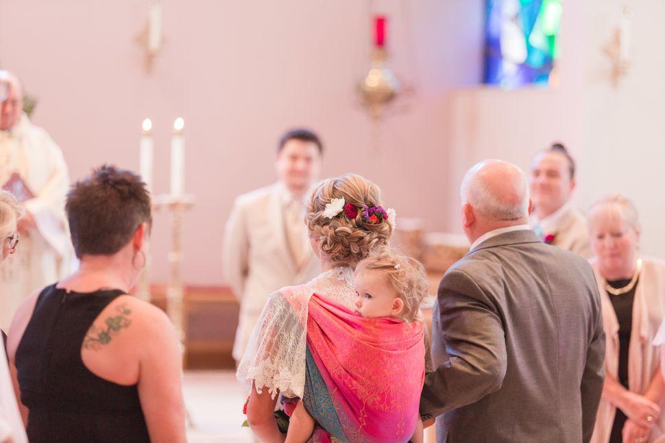 Dalton Mort carregou sua filha pequena em um sling em sua cerimônia de casamento.
