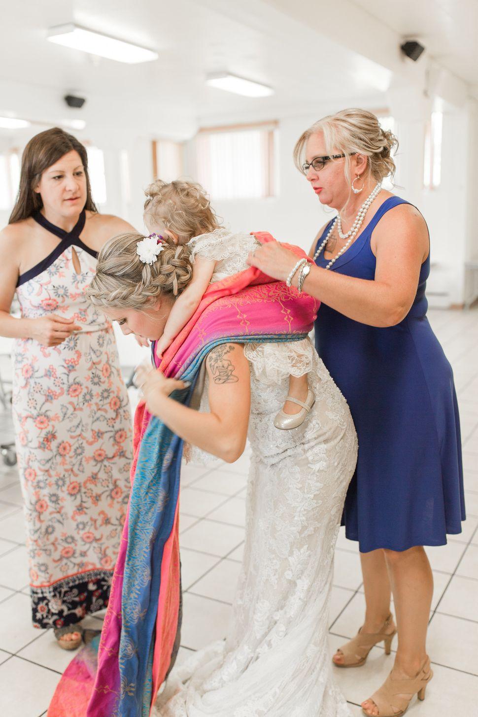 Laura Schaefer, da Fire and Gold Photography, disse que as fotos de Dalton ajeitando sua filhinha no sling lembram as de outras noivas colocando o véu de noiva.