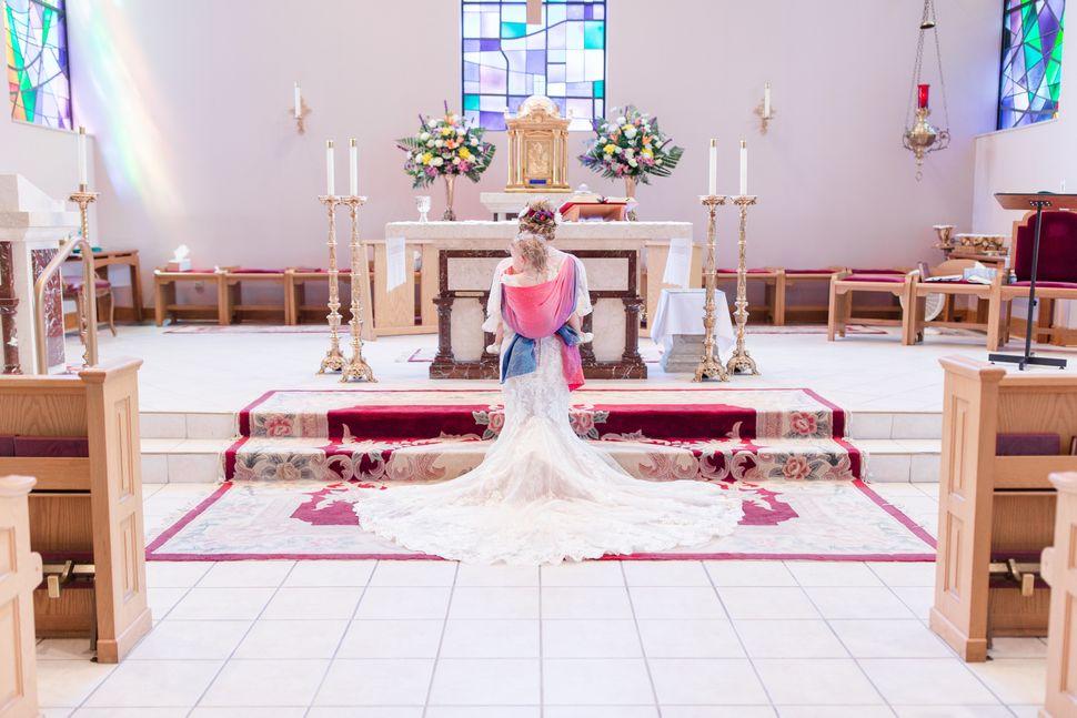 Para incluir sua filha no casamento, Mort a carregou em um sling durante toda a cerimônia.