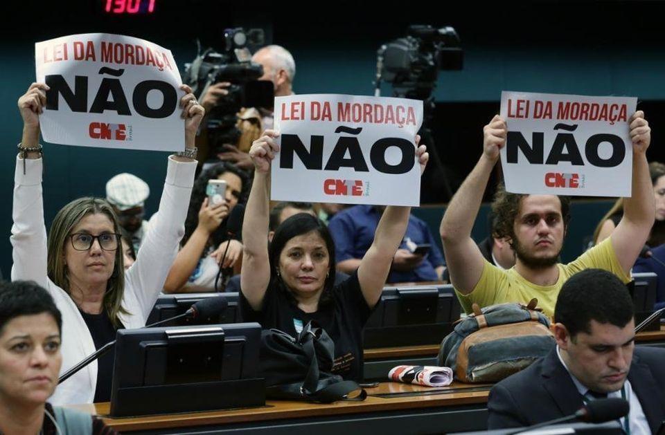 Manifestantes protestam contra o projeto da Escola sem Partido, durante sessão na Câmara,...