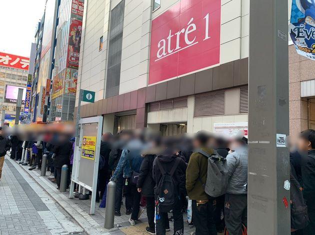 발렌타인 데이 아침 도쿄 아키하바라에 수백명이 줄을