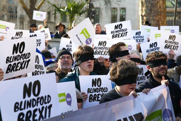 2차 브렉시트 국민투표를 주장하는 시민들이 눈가리개를 한 채 영국 런던의 의사당 앞에서 시위를 벌이고 있다. 2019년