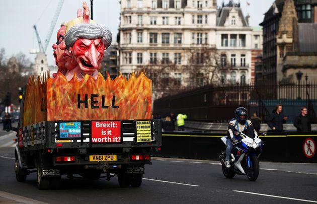 테레사 메이 영국 총리의 인형을 실은 트럭이 영국 런던의 의사당 앞을 지나가고 있다. 2019년