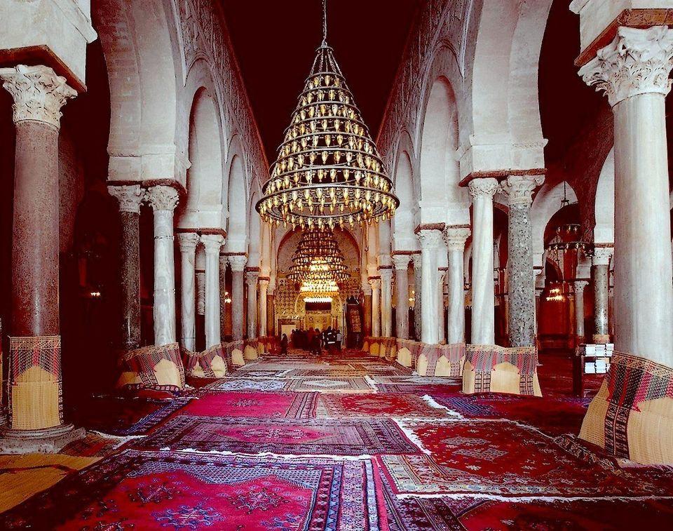 Vue de la nef axiale de la salle de prière de la Grande Mosquée de Kairouan. Cette allée...