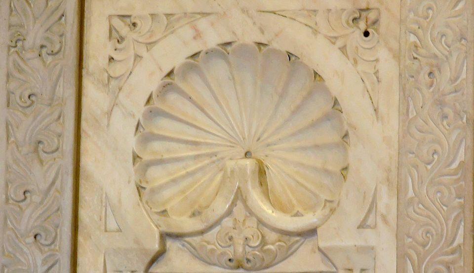 Gros plan sur l'ornementation sculptée de l'un des vingt-huit panneaux, en marbre blanc, de la...