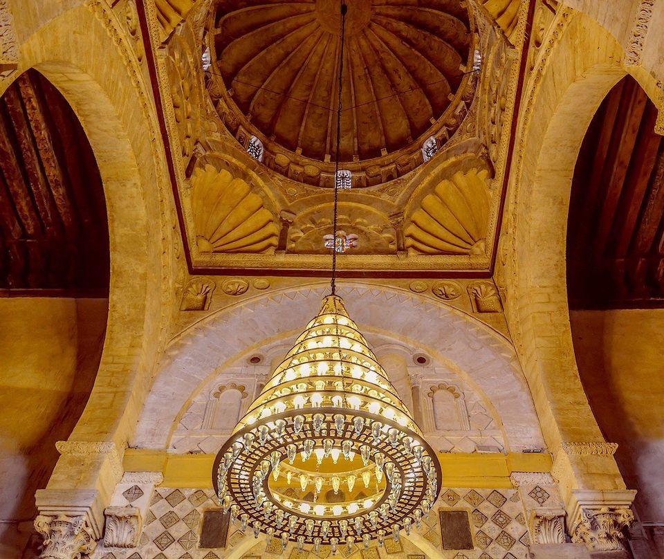 Vue de la coupole qui surplombe le mihrab, tout au fond de la nef axiale de la salle de prière...