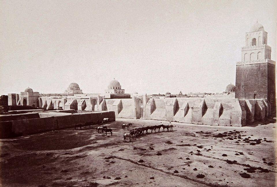 Vue d'ensemble de la Grande Mosquée de Kairouan telle qu'elle apparaissait dans les années...