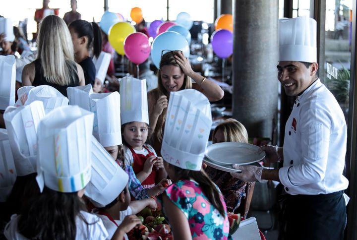 Em aula para crianças na unidade brasiliense do restaurante especializado em carnes premium.
