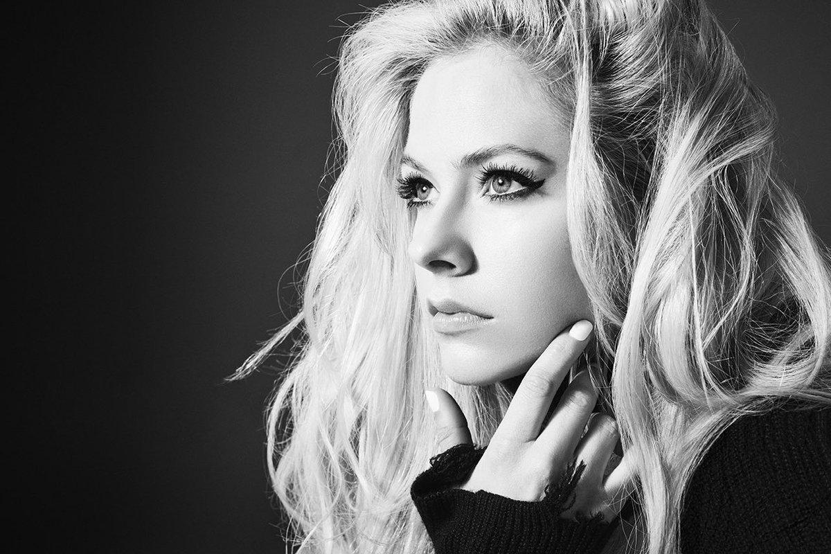 Avril Lavigne marca volta triunfal com 'Head Above