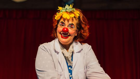 Vera Abbud, a palhaça que leva riso para a dura realidade dos