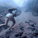 Η αθλήτρια που περπατά στο βυθό με μια πέτρα και σπάει τα