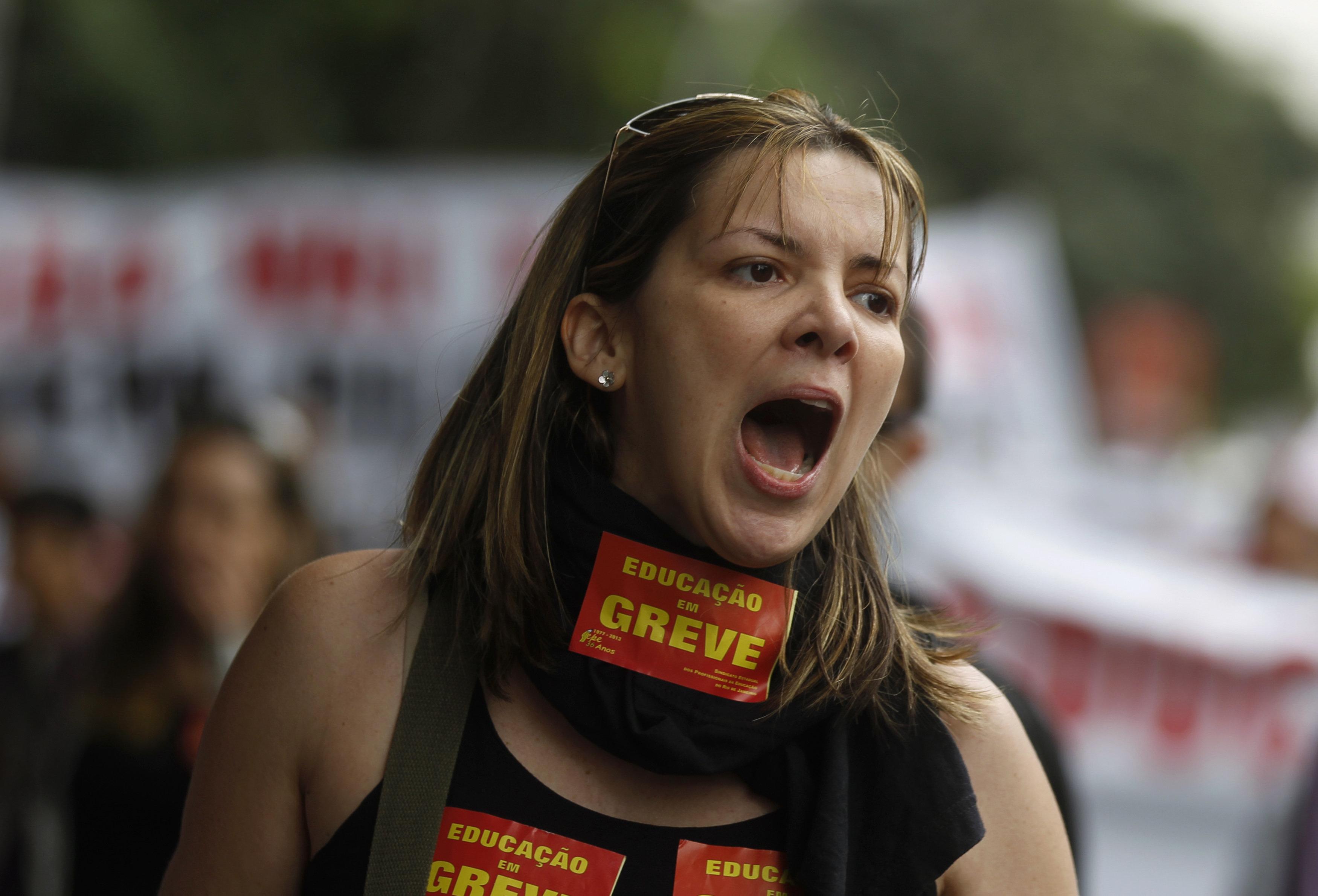 Mudança na aposentadoria para professores, que iguala homens e mulheres, revolta
