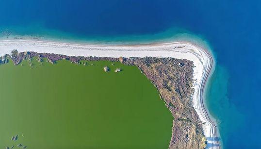 Όταν η φύση ζωγραφίζει: Πτήση πάνω από τη λιμνοθάλασσα Αλυκής