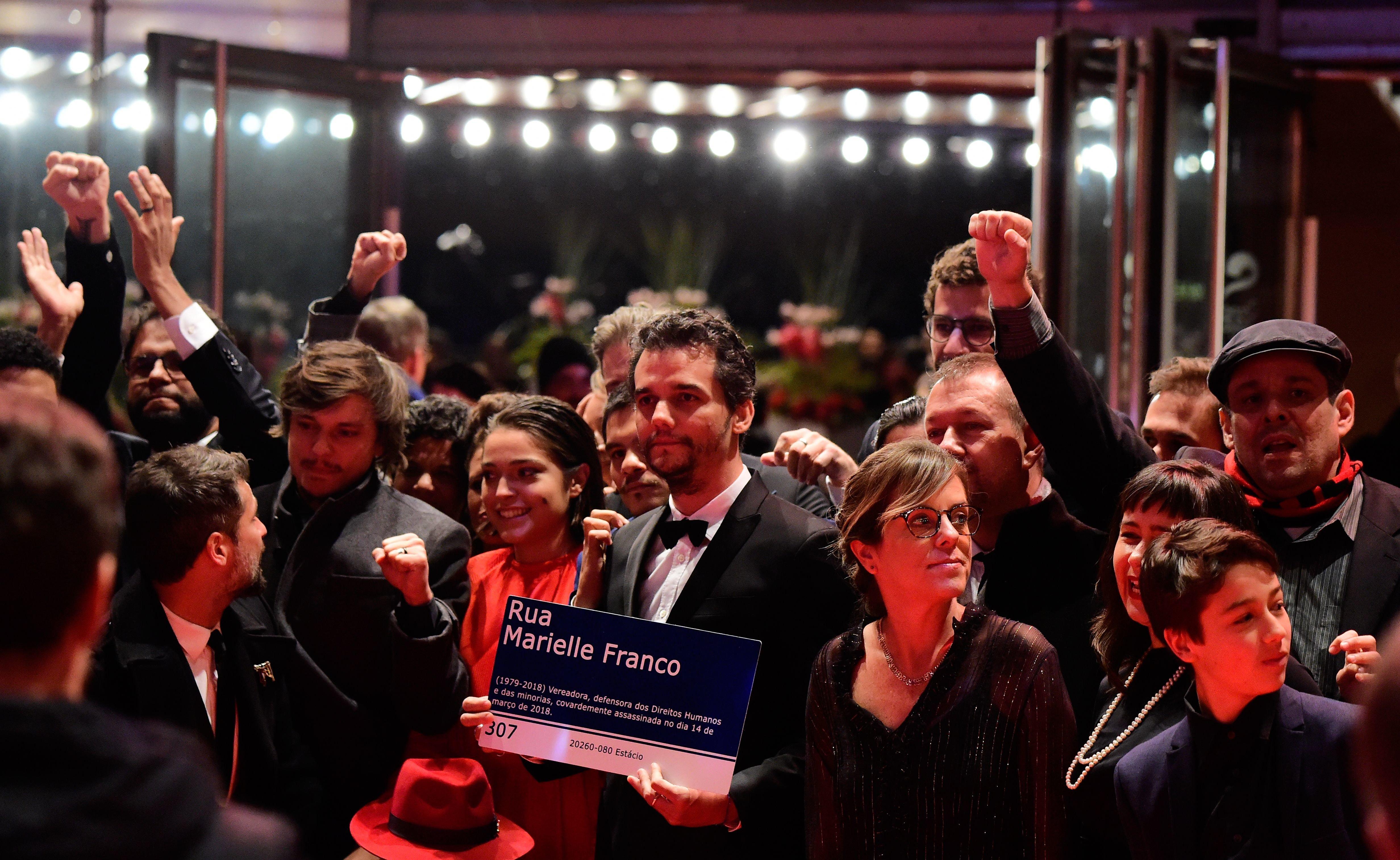 Wagner Moura exibe placa de Marielle no Festival de