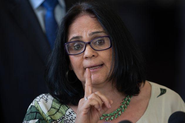 Damares diz que pais de meninas deveriam fugir do Brasil devido à